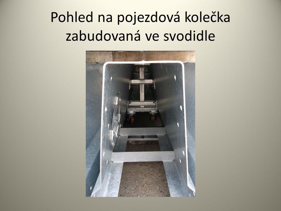 Pohled na pojezdová kolečka zabudovaná ve svodidle