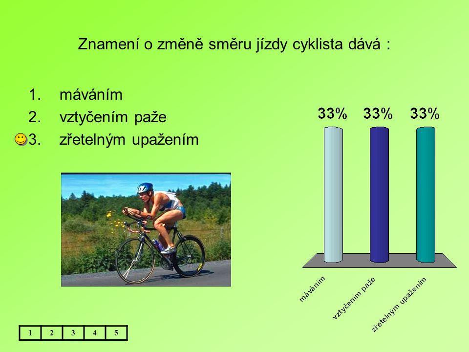 Znamení o změně směru jízdy cyklista dává :