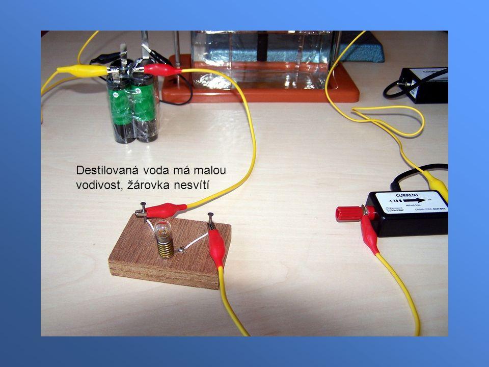 Destilovaná voda má malou vodivost, žárovka nesvítí