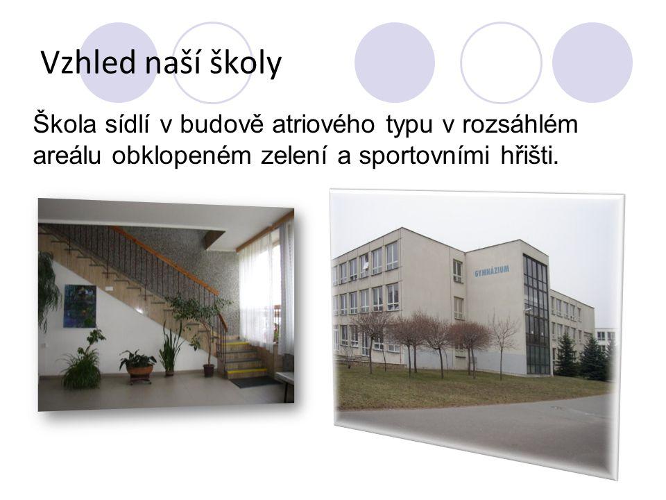 Vzhled naší školy Škola sídlí v budově atriového typu v rozsáhlém areálu obklopeném zelení a sportovními hřišti.