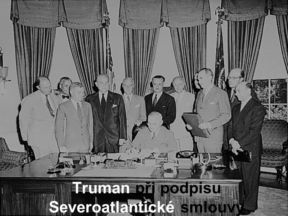 Truman při podpisu Severoatlantické smlouvy