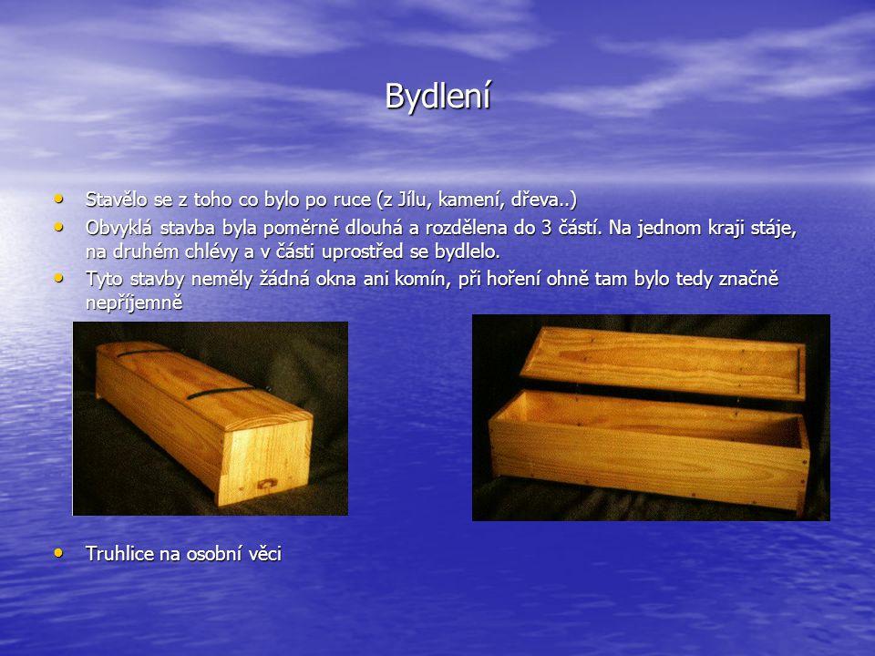 Bydlení Stavělo se z toho co bylo po ruce (z Jílu, kamení, dřeva..)
