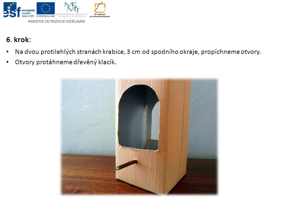 6. krok: Na dvou protilehlých stranách krabice, 3 cm od spodního okraje, propíchneme otvory.