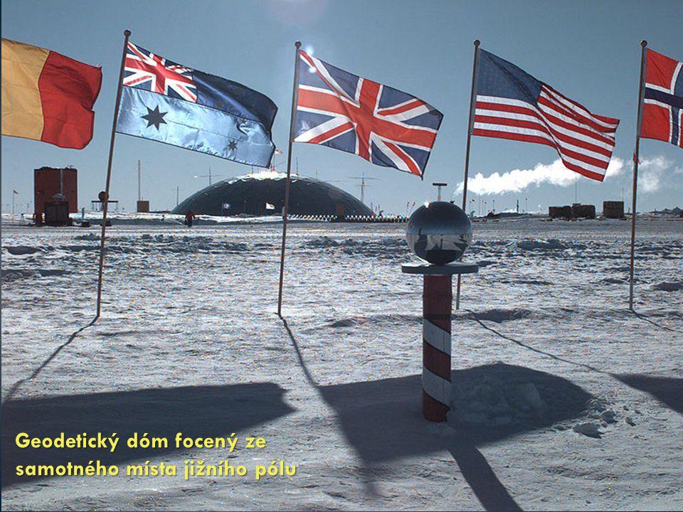 Geodetický dóm focený ze samotného místa jižního pólu