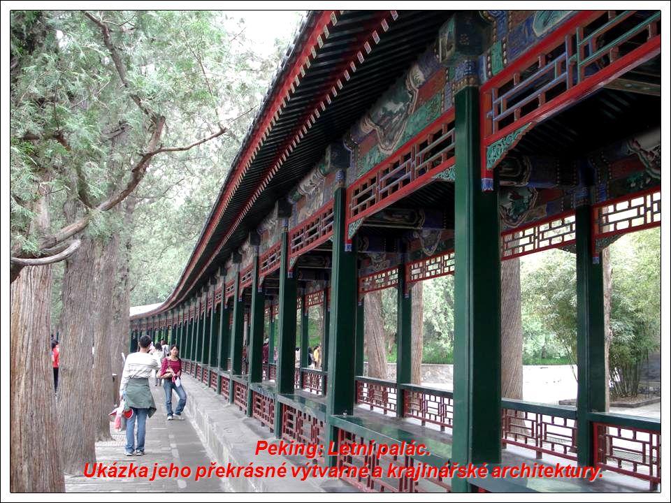Peking: Letní palác. Ukázka jeho překrásné výtvarné a krajinářské architektury.