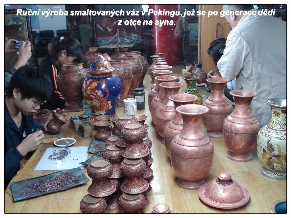 Ruční výroba smaltovaných váz v Pekingu, jež se po generace dědí