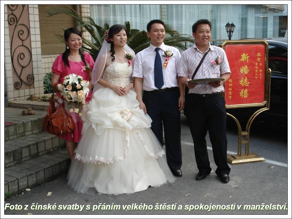 Foto z čínské svatby s přáním velkého štěstí a spokojenosti v manželství.