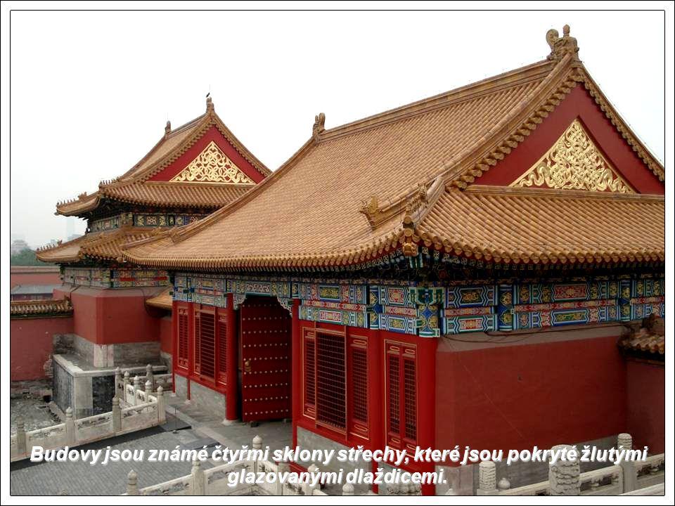 Budovy jsou známé čtyřmi sklony střechy, které jsou pokryté žlutými glazovanými dlaždicemi.