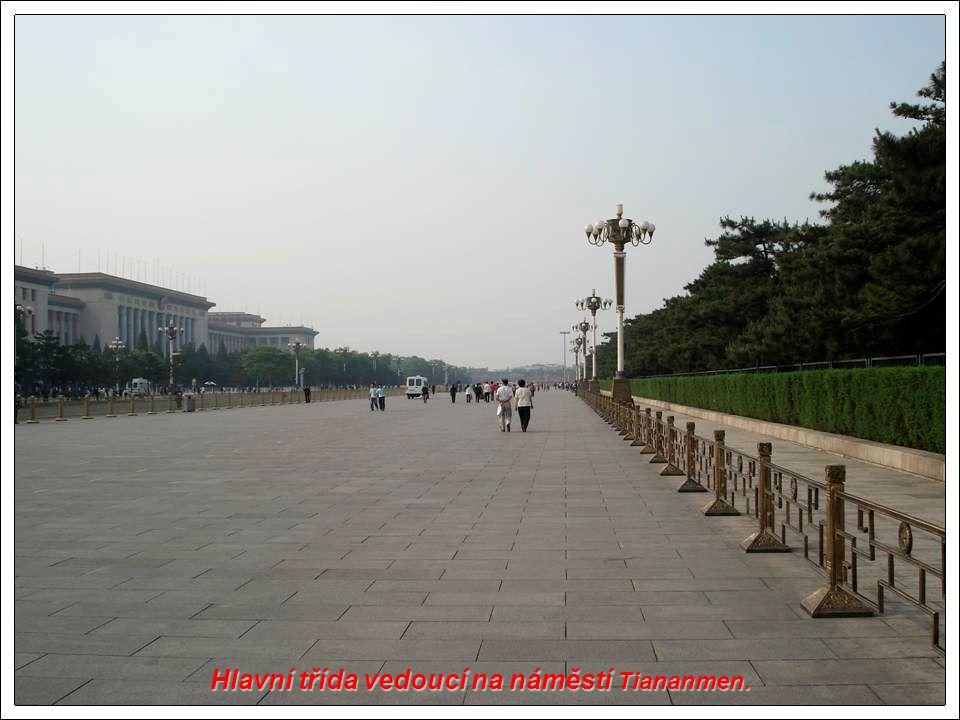 Hlavní třída vedoucí na náměstí Tiananmen.