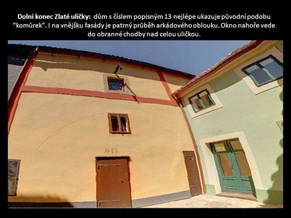 Dolni konec Zlaté uličky: dům s číslem popisným 13 nejlépe ukazuje původní podobu komůrek .