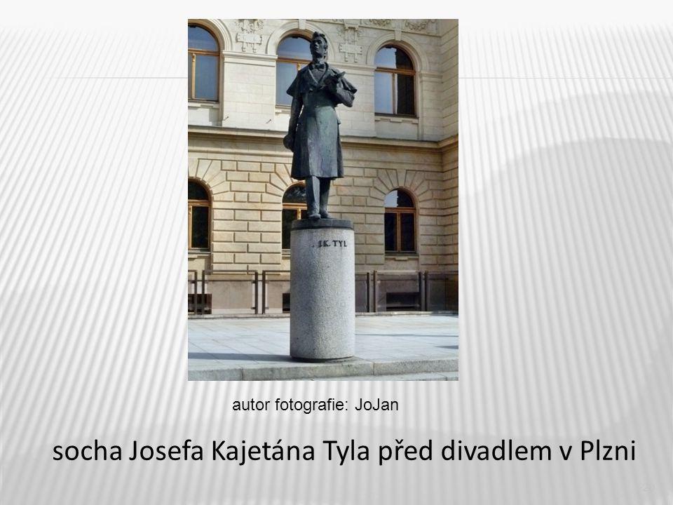socha Josefa Kajetána Tyla před divadlem v Plzni
