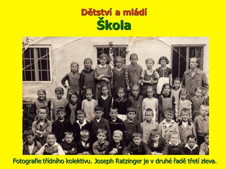 Dětství a mládí Škola Fotografie třídního kolektivu. Joseph Ratzinger je v druhé řadě třetí zleva.