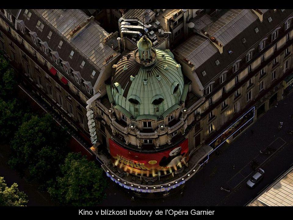 Kino v blízkosti budovy de l Opéra Garnier