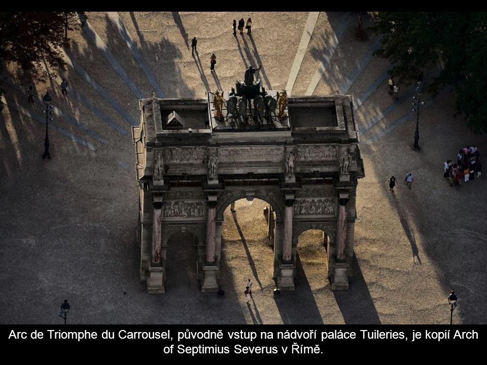 Arc de Triomphe du Carrousel, původně vstup na nádvoří paláce Tuileries, je kopií Arch of Septimius Severus v Římě.