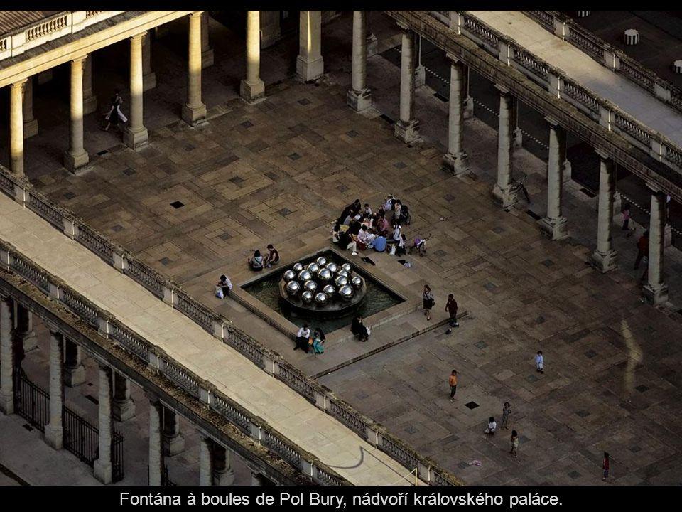 Fontána à boules de Pol Bury, nádvoří královského paláce.