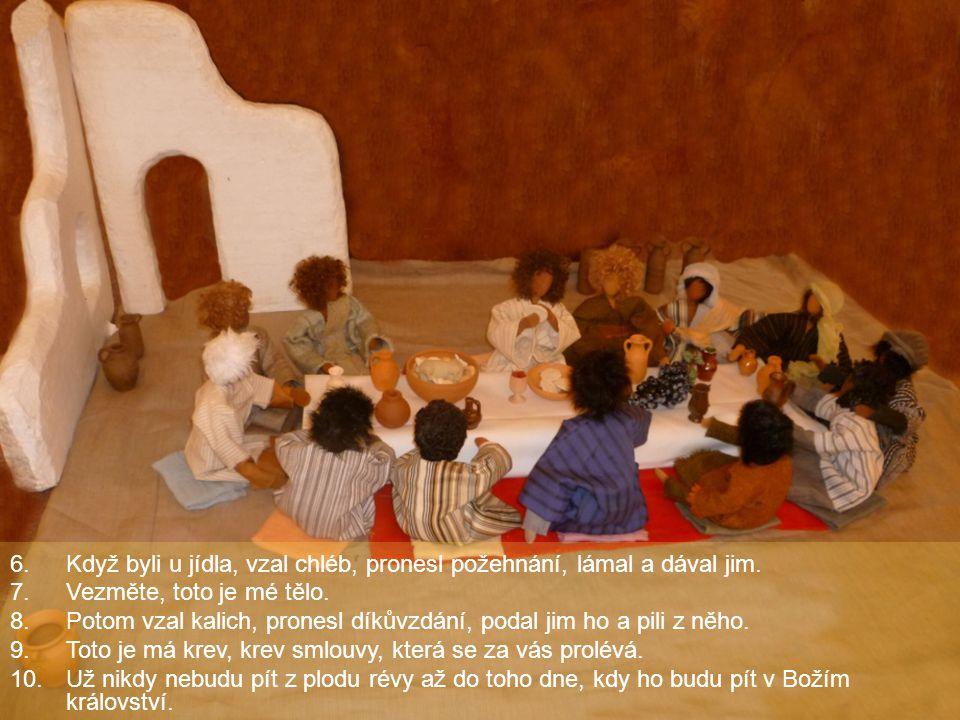 Když byli u jídla, vzal chléb, pronesl požehnání, lámal a dával jim.
