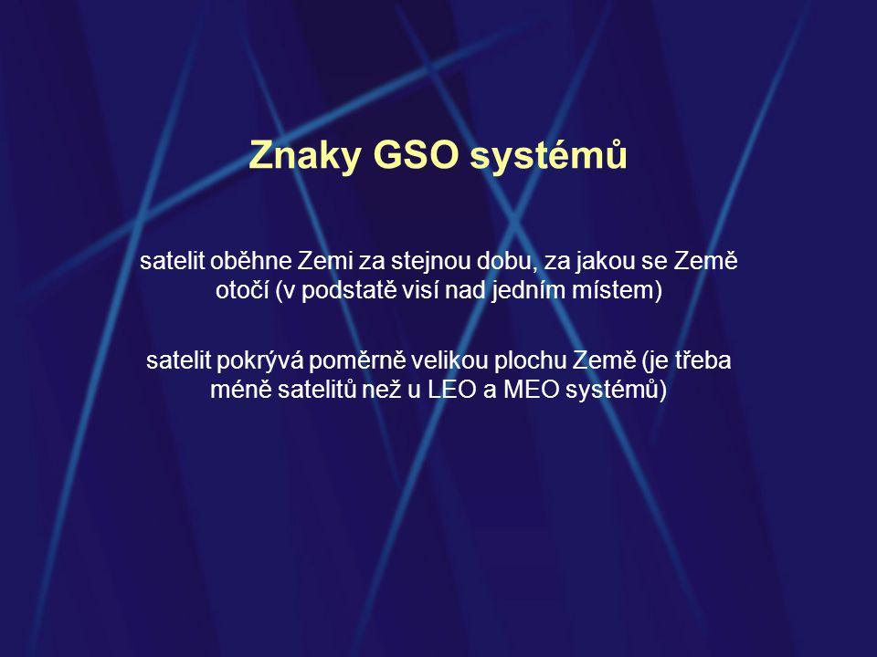 Znaky GSO systémů satelit oběhne Zemi za stejnou dobu, za jakou se Země otočí (v podstatě visí nad jedním místem)