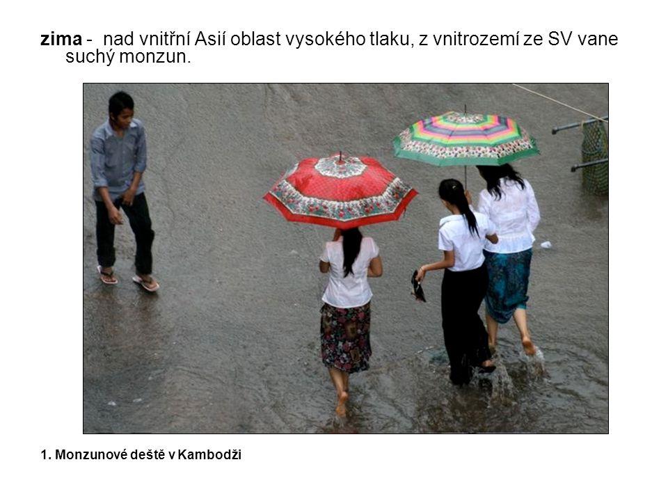 zima - nad vnitřní Asií oblast vysokého tlaku, z vnitrozemí ze SV vane suchý monzun.