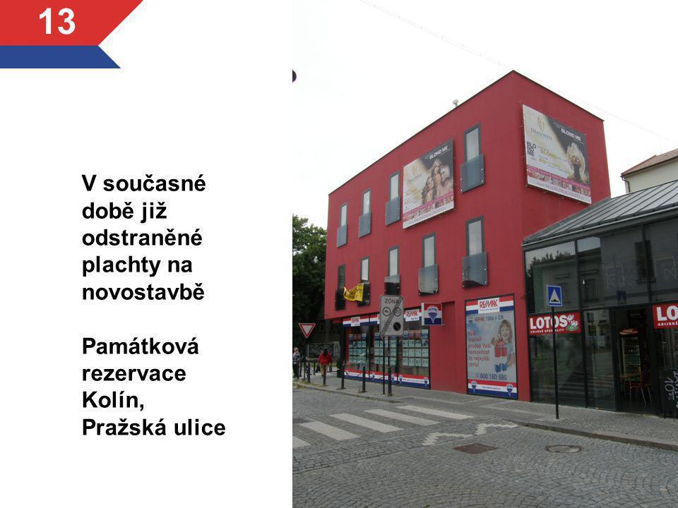 V současné době již odstraněné plachty na novostavbě Památková rezervace Kolín, Pražská ulice