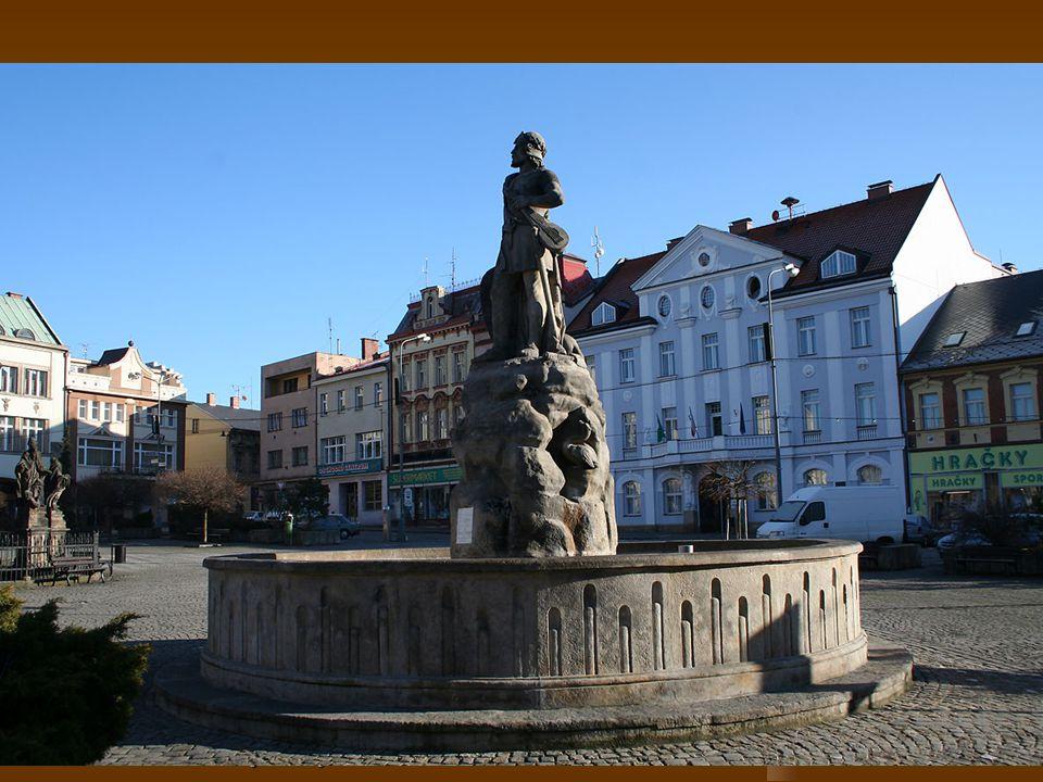 Socha Záboje Kašna se sochou Záboje – postavy z Královédvorského rukopisu. Záboj, slovanský rek, drží v ruce hudební nástroj varyto.