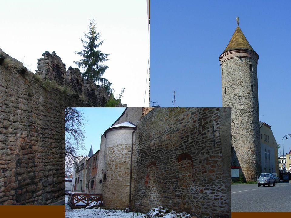 Z počátku 14. století pochází městské opevnění, jehož výška dosahovala 5,5 – 9 metrů