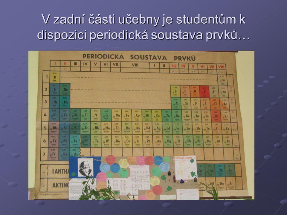 V zadní části učebny je studentům k dispozici periodická soustava prvků…