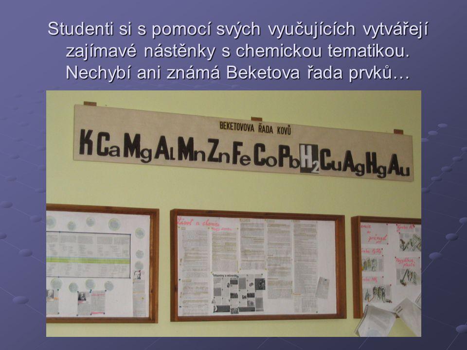 Studenti si s pomocí svých vyučujících vytvářejí zajímavé nástěnky s chemickou tematikou.