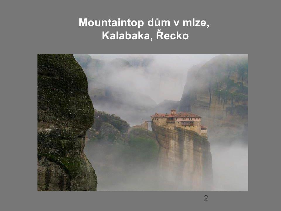 Mountaintop dům v mlze, Kalabaka, Řecko