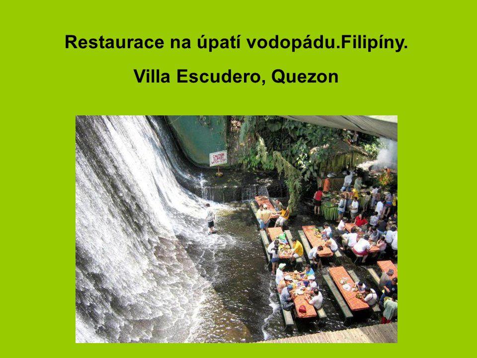 Restaurace na úpatí vodopádu.Filipíny.