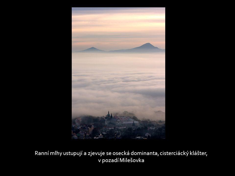 Ranní mlhy ustupují a zjevuje se osecká dominanta, cisterciácký klášter,