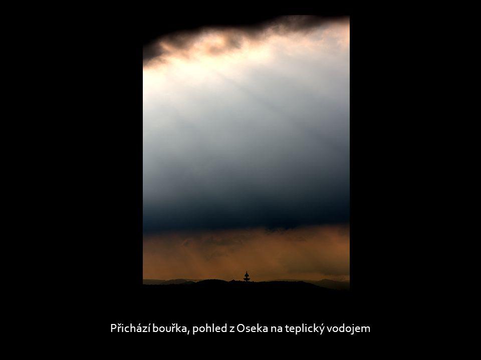 Přichází bouřka, pohled z Oseka na teplický vodojem