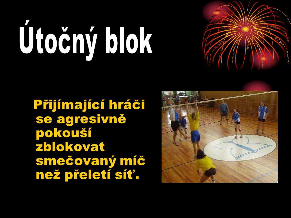 Útočný blok Přijímající hráči se agresivně pokouší zblokovat smečovaný míč než přeletí síť.