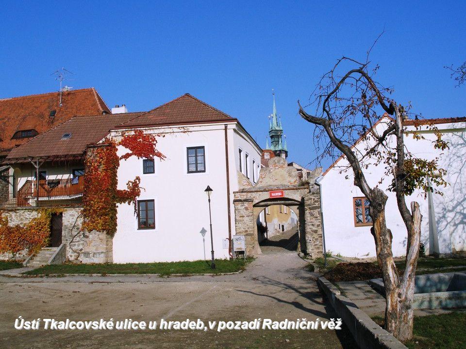 Ústí Tkalcovské ulice u hradeb,v pozadí Radniční věž