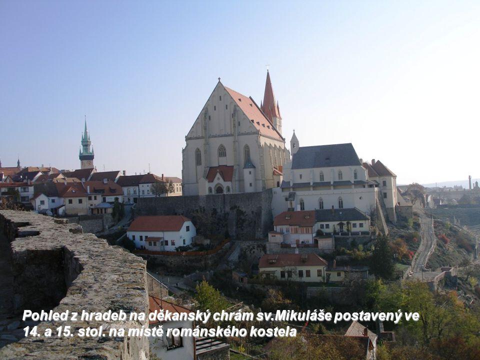 Pohled z hradeb na děkanský chrám sv. Mikuláše postavený ve 14. a 15