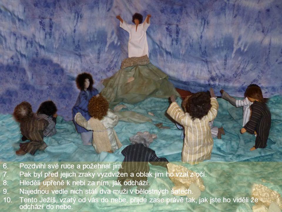 Pozdvihl své ruce a požehnal jim.