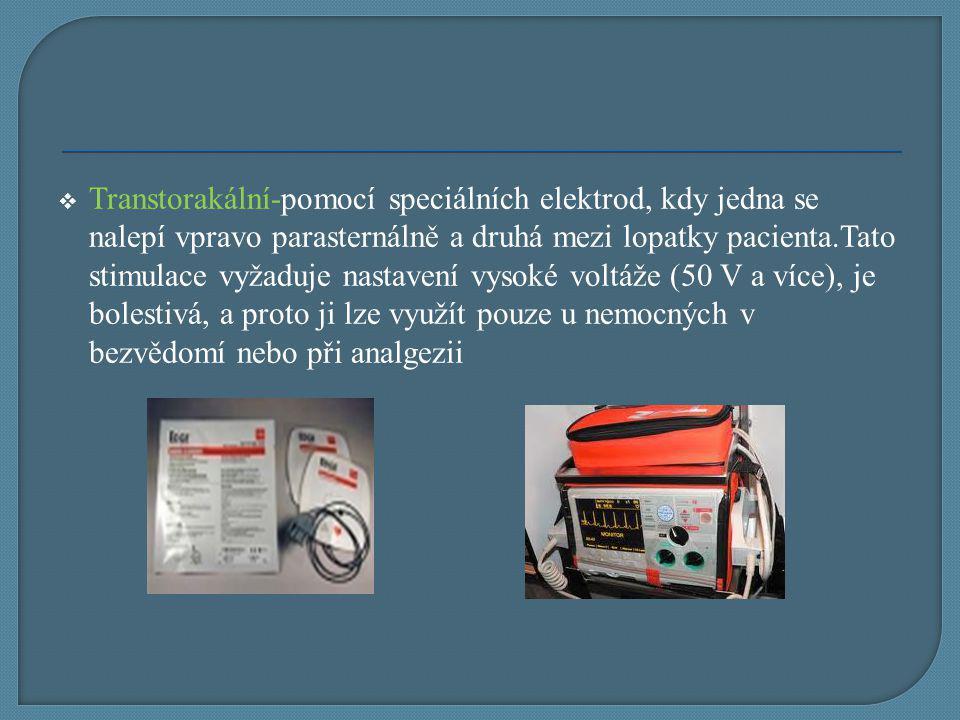 Transtorakální-pomocí speciálních elektrod, kdy jedna se nalepí vpravo parasternálně a druhá mezi lopatky pacienta.Tato stimulace vyžaduje nastavení vysoké voltáže (50 V a více), je bolestivá, a proto ji lze využít pouze u nemocných v bezvědomí nebo při analgezii