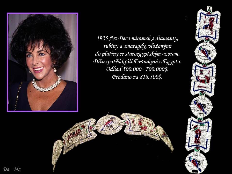 1925 Art Deco náramek s diamanty, rubíny a smaragdy, vloženými do platiny se staroegyptským vzorem. Dříve patřil králi Faroukovi z Egypta. Odhad 500.000 - 700.000$. Prodáno za 818.500$.