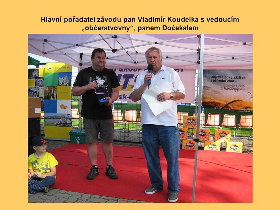 """Hlavní pořadatel závodu pan Vladimír Koudelka s vedoucím """"občerstvovny , panem Dočekalem"""