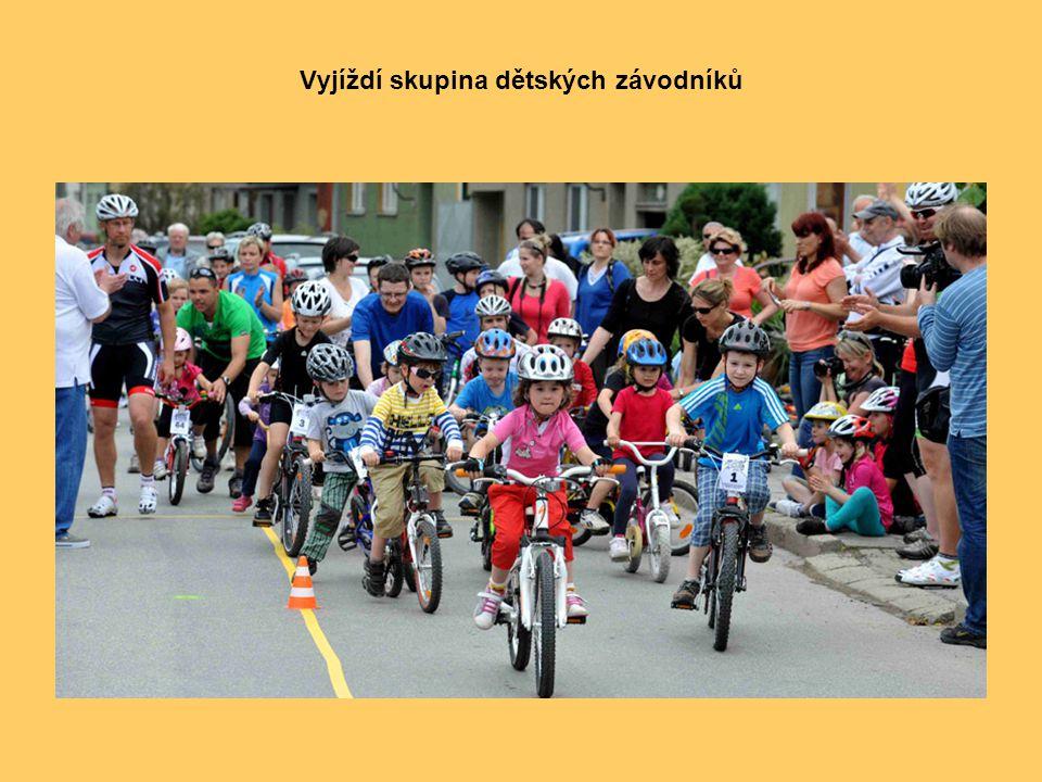 Vyjíždí skupina dětských závodníků