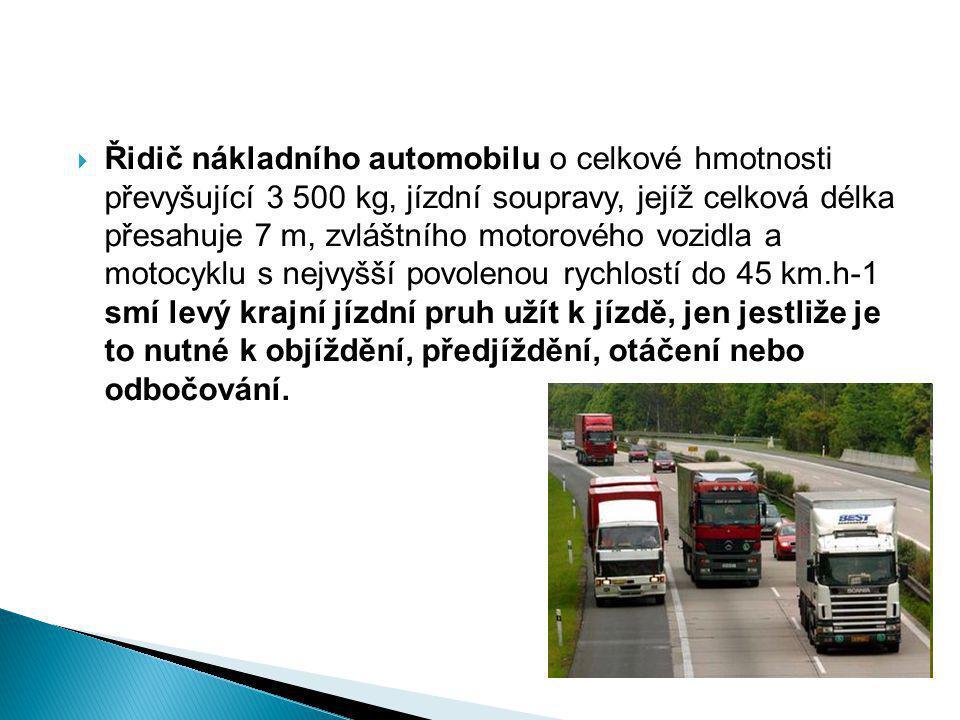 Řidič nákladního automobilu o celkové hmotnosti převyšující 3 500 kg, jízdní soupravy, jejíž celková délka přesahuje 7 m, zvláštního motorového vozidla a motocyklu s nejvyšší povolenou rychlostí do 45 km.h-1 smí levý krajní jízdní pruh užít k jízdě, jen jestliže je to nutné k objíždění, předjíždění, otáčení nebo odbočování.
