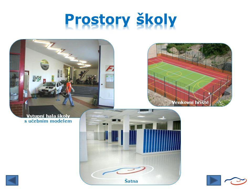 Prostory školy Venkovní hřiště Vstupní hala školy s učebním modelem