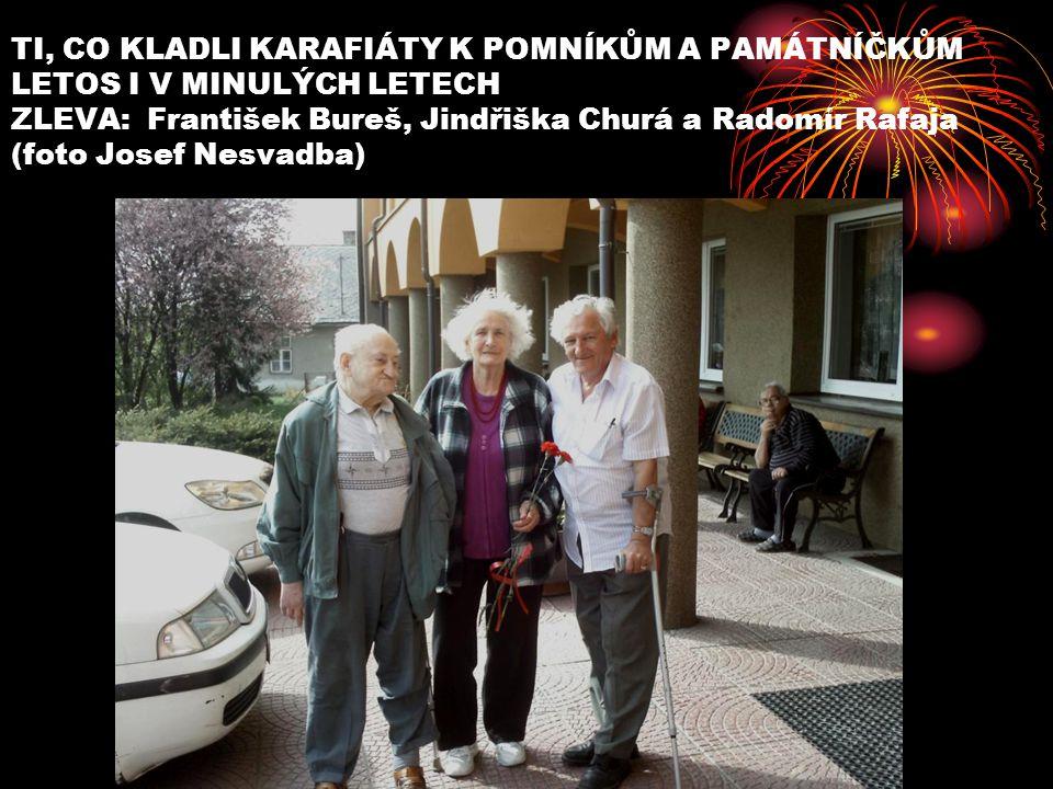 TI, CO KLADLI KARAFIÁTY K POMNÍKŮM A PAMÁTNÍČKŮM LETOS I V MINULÝCH LETECH ZLEVA: František Bureš, Jindřiška Churá a Radomír Rafaja (foto Josef Nesvadba)