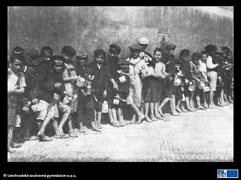 Fronta dětí na příděl polévky