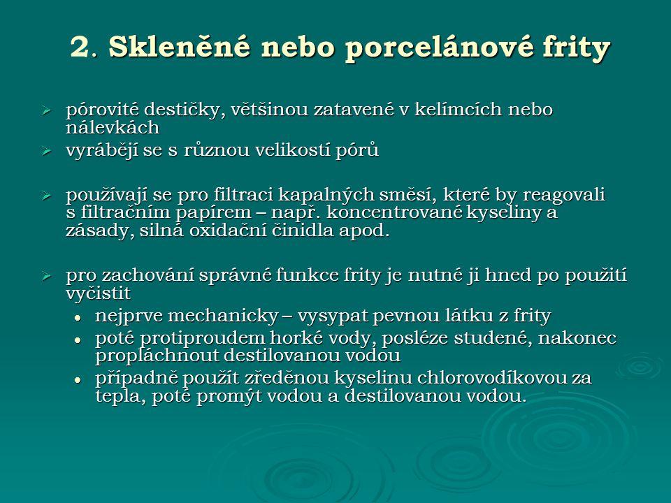 2. Skleněné nebo porcelánové frity