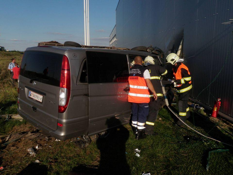 Dopravní nehoda s větším počtem zraněných, R 52 – v areálu firmy mimo vozovku