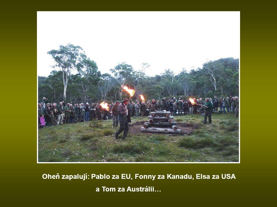 Oheň zapalují: Pablo za EU, Fonny za Kanadu, Elsa za USA