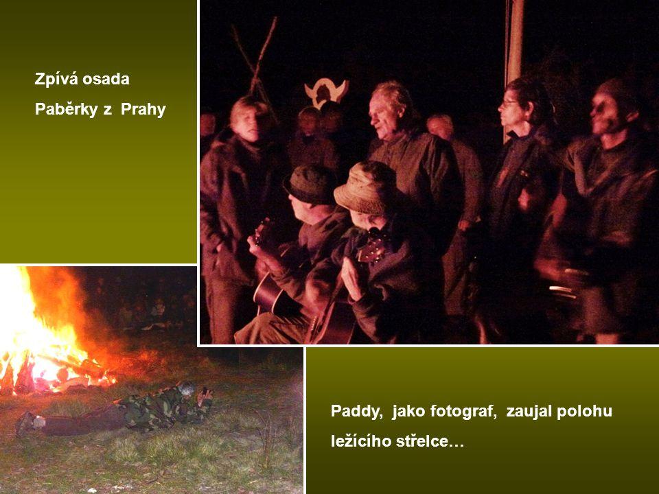 Zpívá osada Paběrky z Prahy Paddy, jako fotograf, zaujal polohu ležícího střelce…