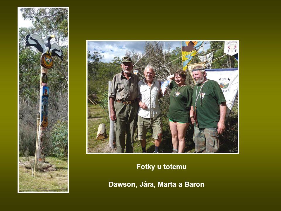 Fotky u totemu Dawson, Jára, Marta a Baron