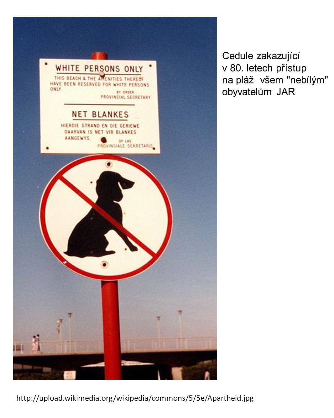 Cedule zakazující v 80. letech přístup na pláž všem nebílým