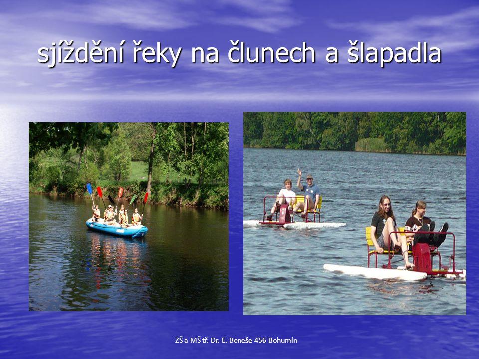 sjíždění řeky na člunech a šlapadla